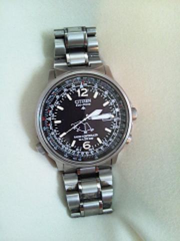 29435c91f7 小生は国産の2つをオンオフで使い分けている。 オフィスでは、CITIZENの電波時計を使用。管理職になる直前の2004年秋に購入したもの。